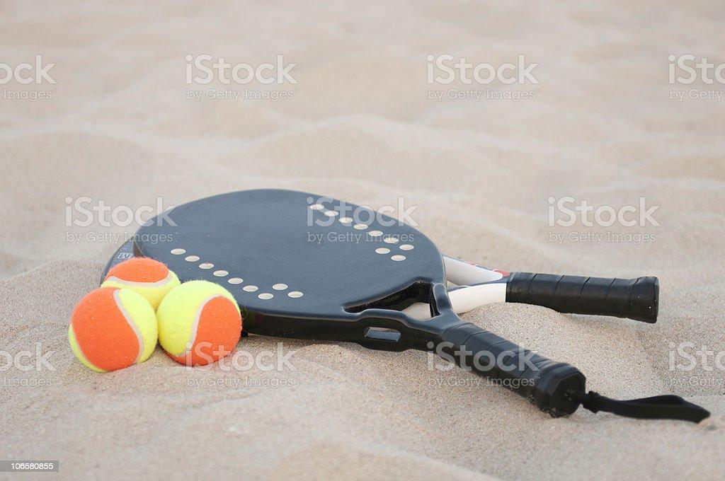 Spiaggia di racchette e palline da tennis - foto stock