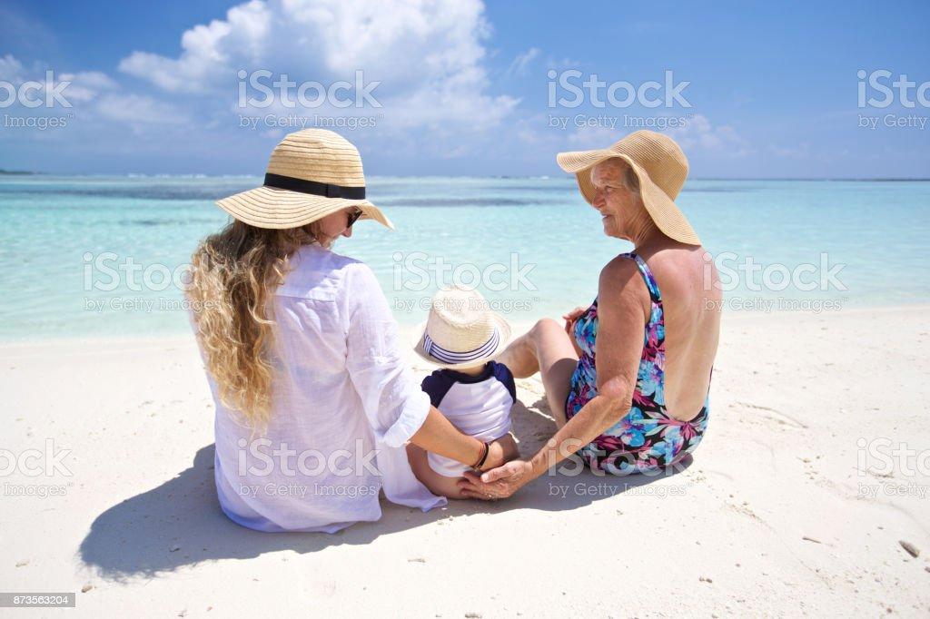 Tiempo en la playa con mamá y abuelita - foto de stock