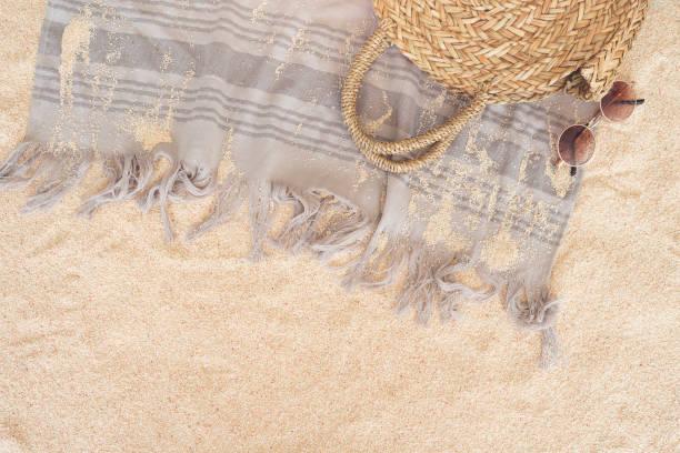 Strandtuch auf sandigen Boden – Foto