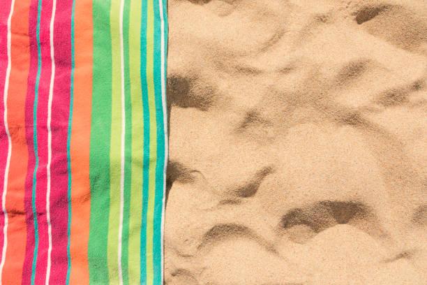 모래 열 대 해변에 비치 타월 - 비치 타월 뉴스 사진 이미지