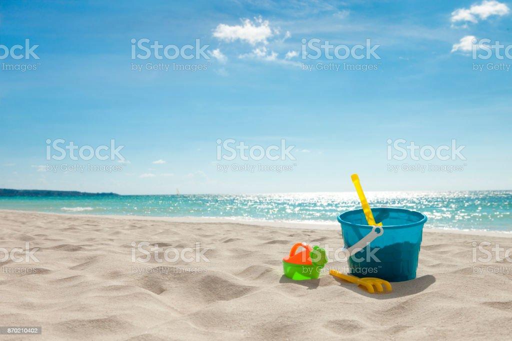 Juguetes para la playa en la arena - foto de stock