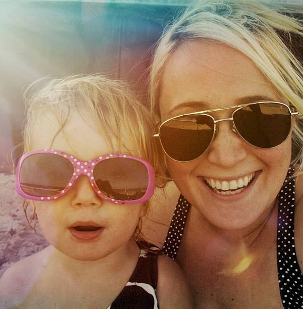 strand-vibes - sonnenbrille kleinkind stock-fotos und bilder