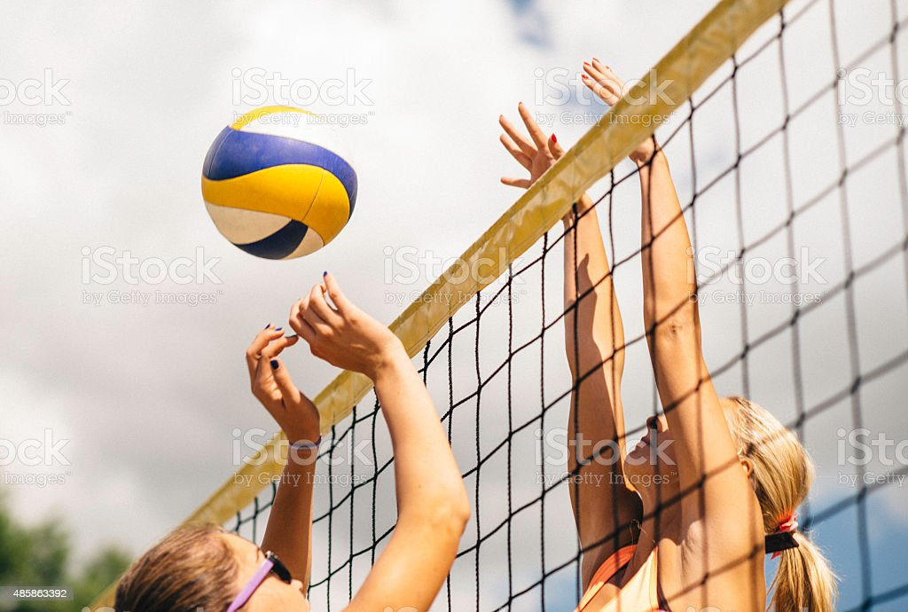 Beach Volleyball Duel in the Net – Foto