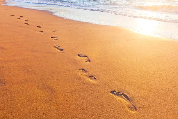 Strand, Wellen und Spuren bei Sonnenuntergang – Foto