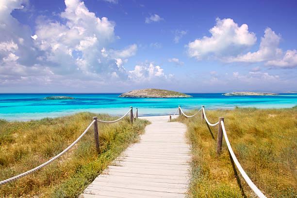 forma de illetas paraíso praia em formentera perto de ibiza - ibiza imagens e fotografias de stock