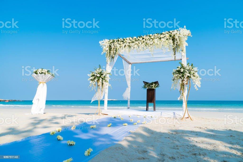 Strand Hochzeit Bogen Altardekoration Mit Blumen Stock Fotografie