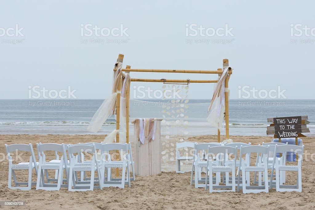 Configuración de boda en la playa foto de stock libre de derechos