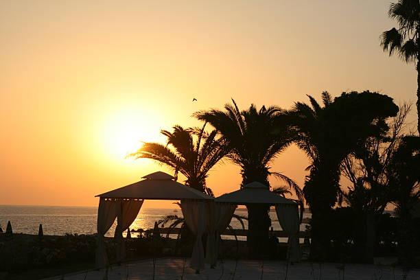 hochzeitsort am strand bei sonnenuntergang - hochzeitsreise zypern stock-fotos und bilder