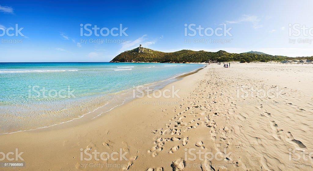 Praia com areia dourada - foto de acervo