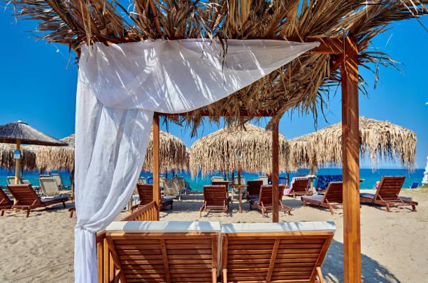 Strand mit Sonnenschirmen und Pavillons – Foto