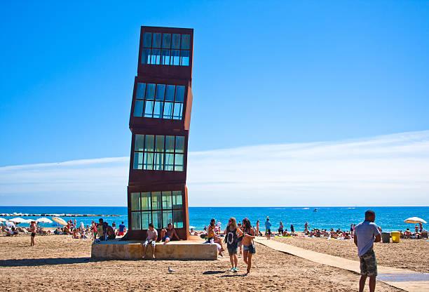 Embarrancado cajas, obra de arte en Barcelona playa - foto de stock