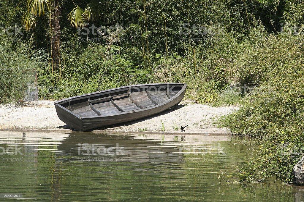 Выброшенного на берег лодка Стоковые фото Стоковая фотография