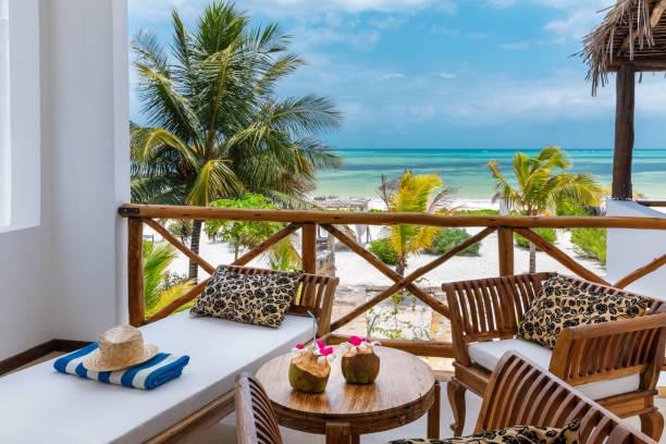 bungalow przy plaży z widokiem na morze - kurort turystyczny zdjęcia i obrazy z banku zdjęć