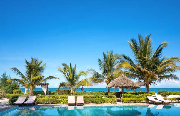 basen przy plaży - kurort turystyczny zdjęcia i obrazy z banku zdjęć