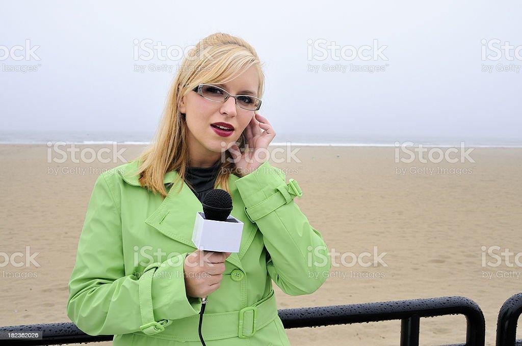 Repórter à beira-mar o aguarda dica de âncora - foto de acervo