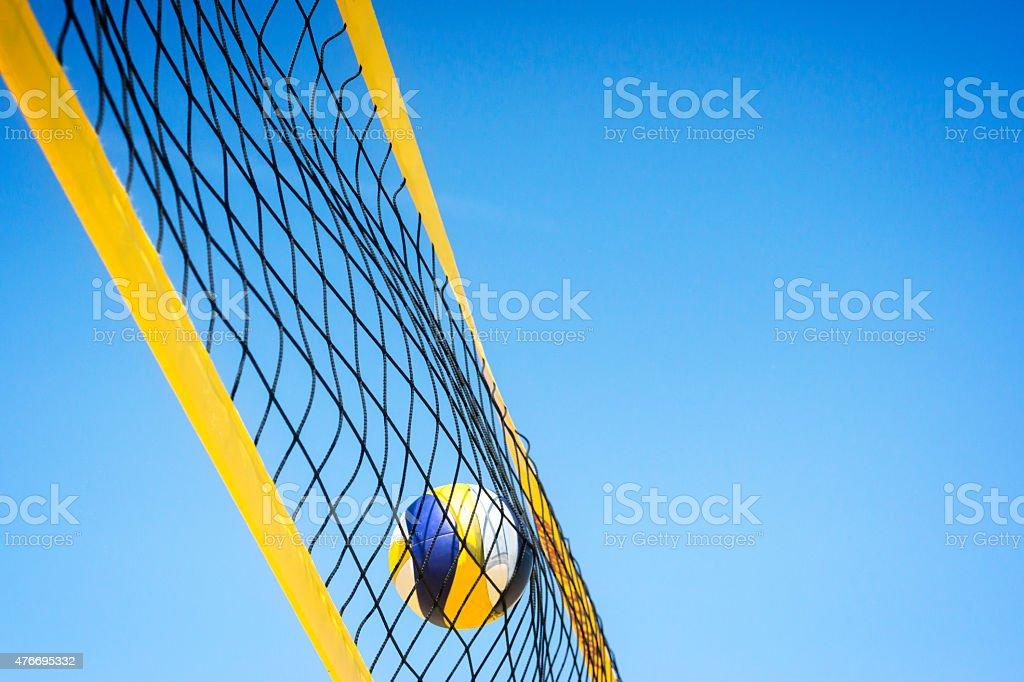 Beachvolley ball fangen im Netz – Foto