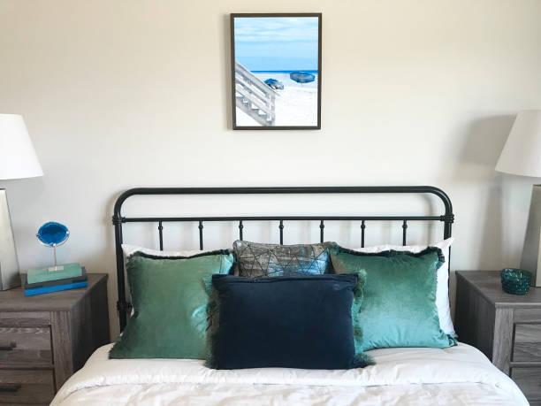 beachy bedroom - bauernhaus bett stock-fotos und bilder