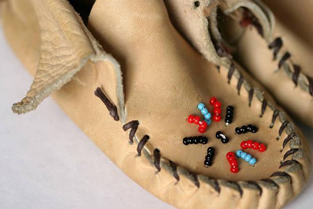 leder-mokassins mit perlen - nähfuß stock-fotos und bilder