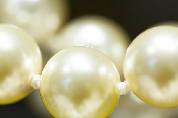 halskette mit perlen - canda armband stock-fotos und bilder