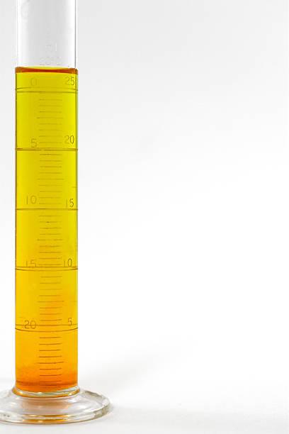 becherglas oder messzylinder - messzylinder stock-fotos und bilder