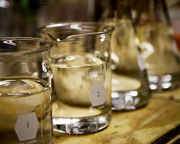 beakers - whisky test stock-fotos und bilder