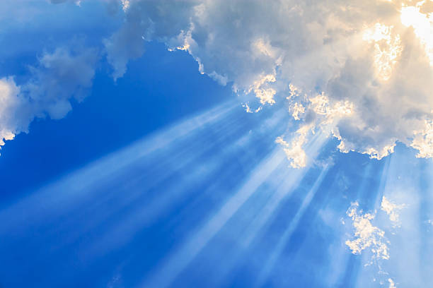 Haz de luz y las nubes - foto de stock