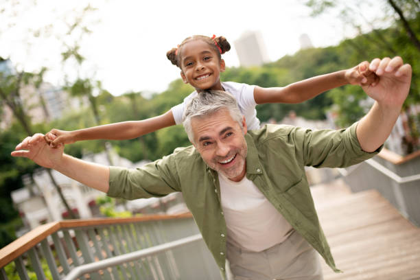 Strahlende schöne Tochter gefühl glücklich mit Papa – Foto