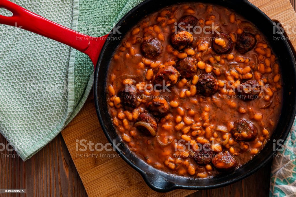 beans with sausage on a cast iron skillet – zdjęcie