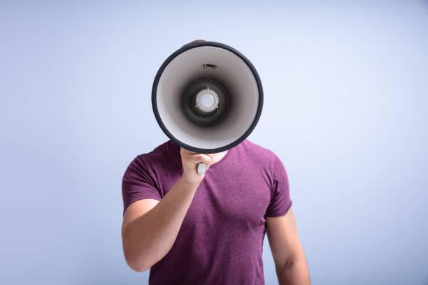 Bart Mann schreit durch ein Megaphon – Foto