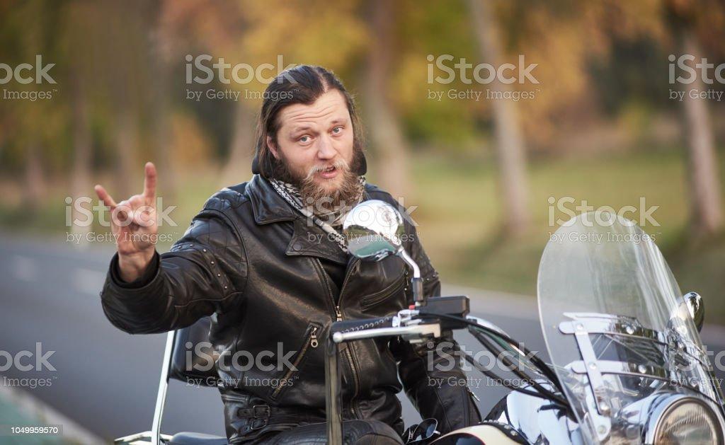 Barbudo Biker En Chaqueta De Cuero Negro En Moderna