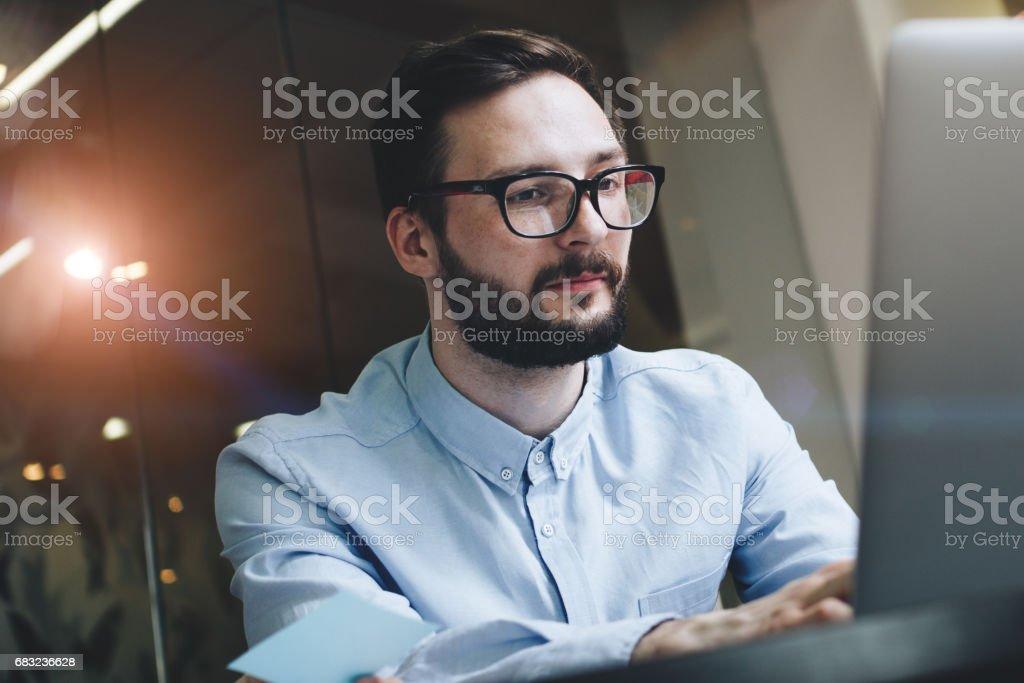 안경와 노트북 컴퓨터의 뒤에 현대 로프트 사무실에서 셔츠 비즈니스 남자 수염 royalty-free 스톡 사진