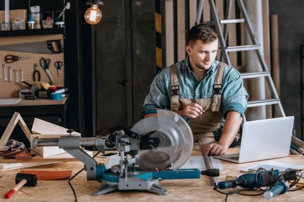 bebaarde timmerman houtbewerkingsproject planning - elektrisch gereedschap stockfoto's en -beelden