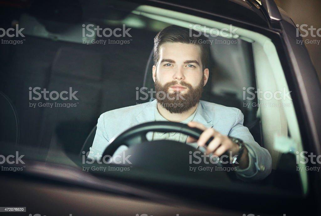 Deutsche gut aussehender Mann in Auto. – Foto