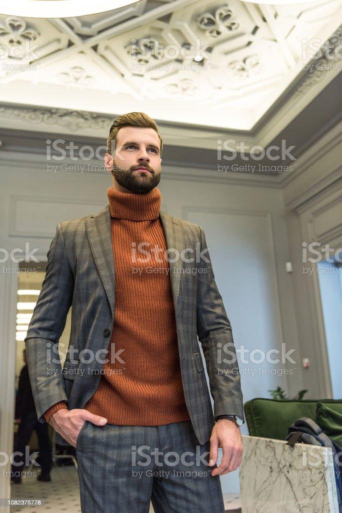 Foto De Barbudo Homem Lindo Com Roupa Formal Posando Com A