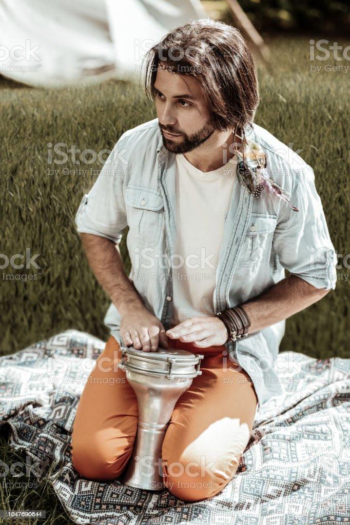 Homem bonito barbudo sentado com bateria acústica - foto de acervo