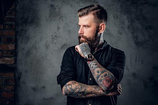 Photo libre de droit de Hipster Barbu Avec Tattooe Sur Ses Bras banque d