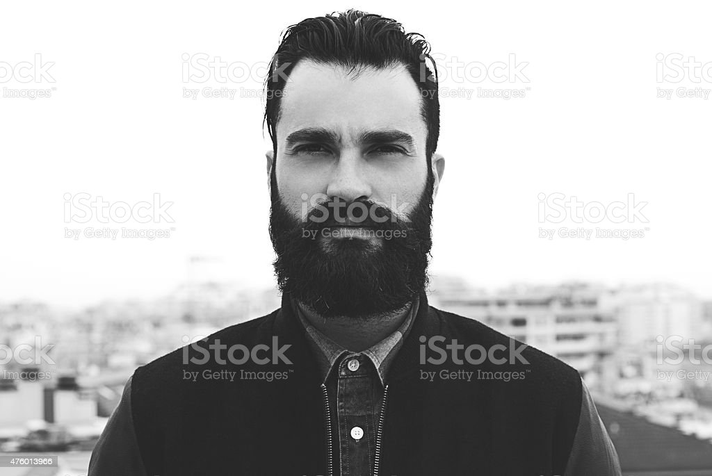 Bärtiger Mann in schwarz und weiß-Porträt – Foto