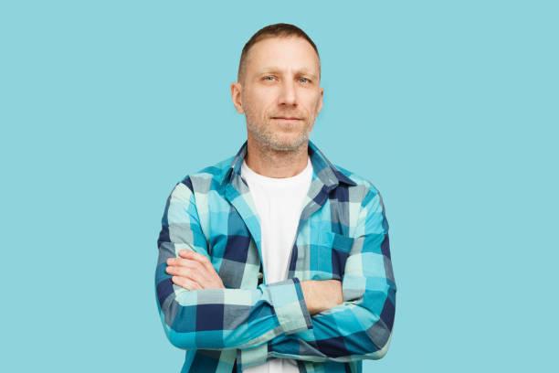 鬍子男子交叉雙臂穿著白色t恤和格子襯衫 - 膝蓋以上 個照片及圖片檔