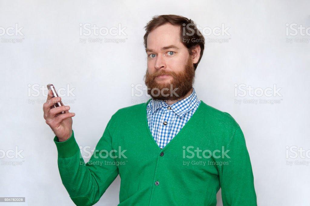 Bärtiger Mann will nicht Handy beantworten – Foto