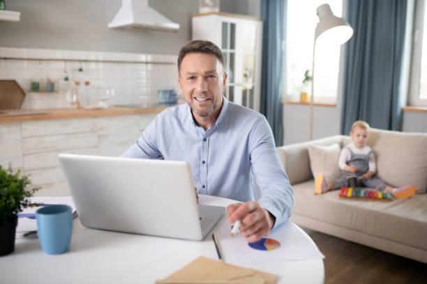 skäggiga mannen i en blå skjorta känsla positiv - working from home bildbanksfoton och bilder