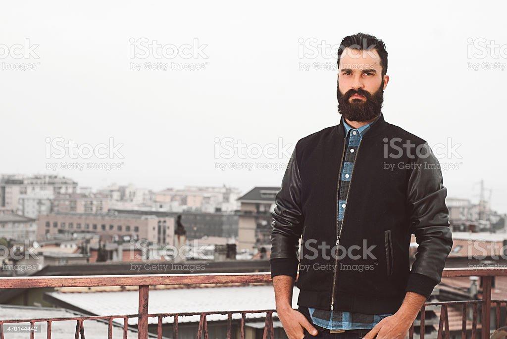 Bärtiger Mann in ein städtisches Motiv – Foto