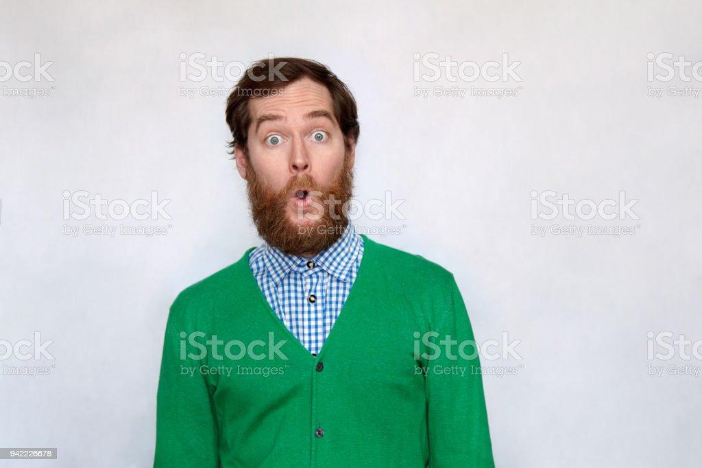 Bärtiger Mann öffnet seinen Mund Überraschung – Foto