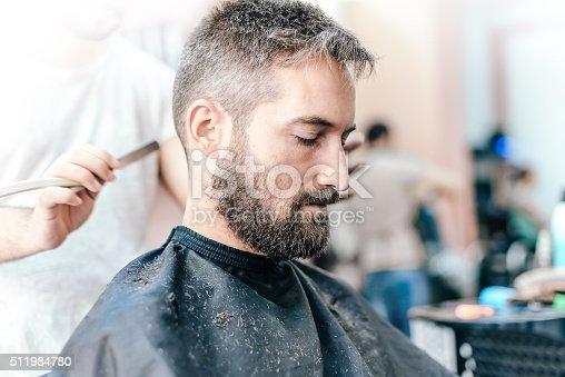Homme barbu souriant recevoir une coupe au salon de - Comment ne plus recevoir de coup de telephone publicitaire ...