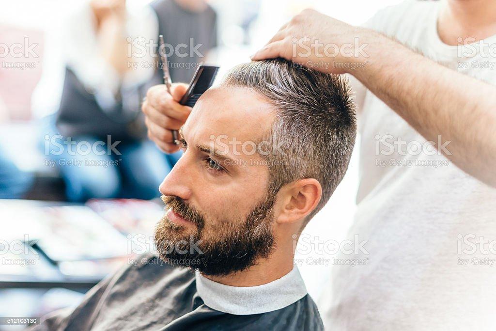 Ricezione Di Un Nuovo Taglio Di Capelli Uomo In Barbershop