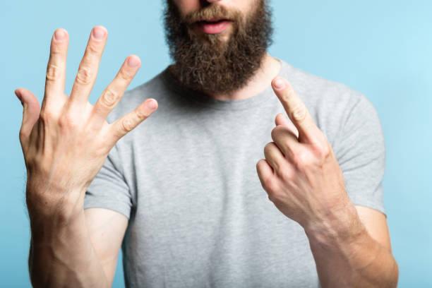 hombre barbudo Mostrar mano número seis gesto cuenta - foto de stock