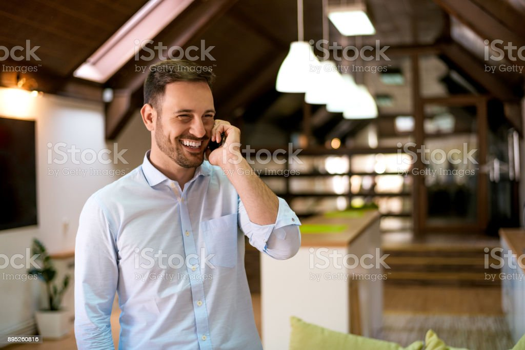 Bärtiger Mann am Telefon sprechen und Lächeln – Foto