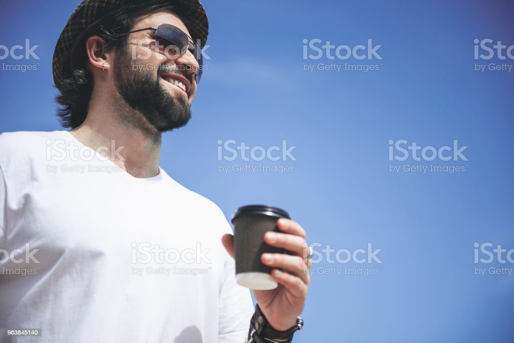 Bearded man walking and drinking - Royalty-free Adult Stock Photo