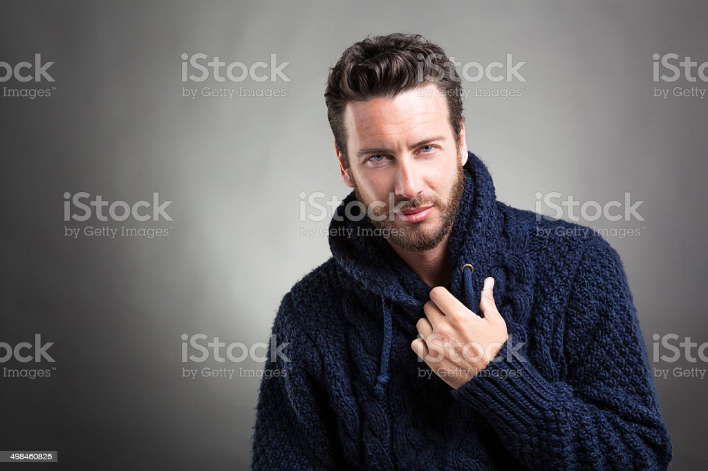 Bärtiger Mann mit blauen Pullover – Foto