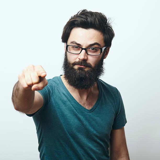 bärtiger mann mit brille zeigt seinen finger auf kamera - geek t shirts stock-fotos und bilder