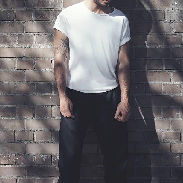 bärtiger mann mit tätowierung mit leeren weißen t-shirt-und schwarz - tatto vorlagen stock-fotos und bilder